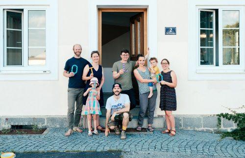 Gruppenfoto des Otelo Freistadt Kernteams mit 3 Frauen, 3 Männern und 2 Kindern